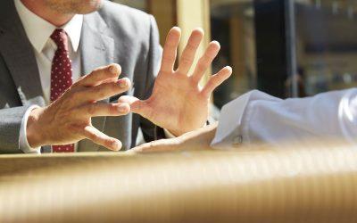 Comment doit réagir l'employeur face à un salarié refusant de travailler avec un collègue ?